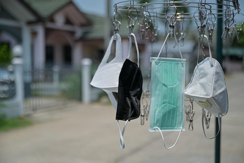 Hoe te gebruiken en hoe herbruikbare katoenen maskers schoon te maken
